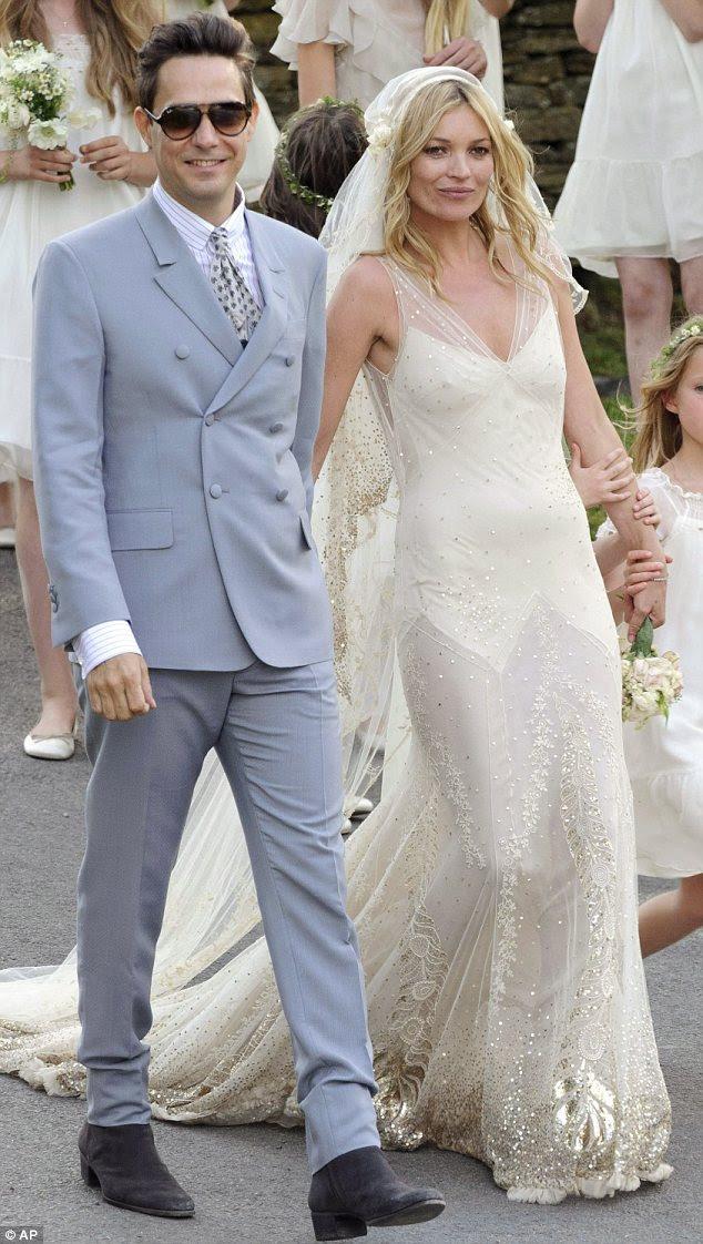 A Kate outros: Supermodel Kate Moss em seu vestido colante Galliano projetado