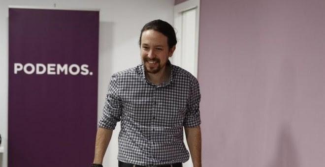 El líder de Podemos, Pablo Iglesias a su llegada a la rueda de prensa tras la consulta a los militantes sobre las normas que regirán en Vistalegre II, que ha ganado con un resultado muy ajustado: un 41,57 por ciento de los votos frente al 39,13 por ciento