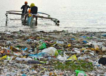 En el mar hay plástico como para llenar más de 10.000 camiones