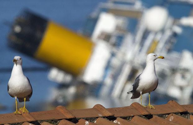 Vista do navio Costa Concordia, naufragado na Itália (Foto: Paul Hanna/Reuters)