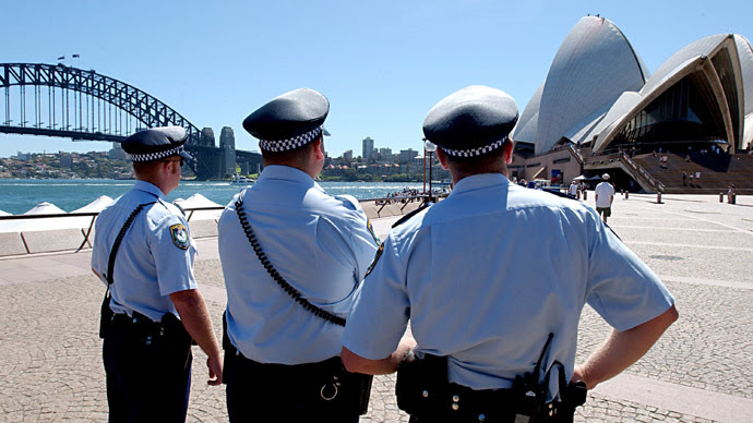 Police officers stand outside the Sydney Opera House March 19, 2003. (Reuters / James D Morgan)