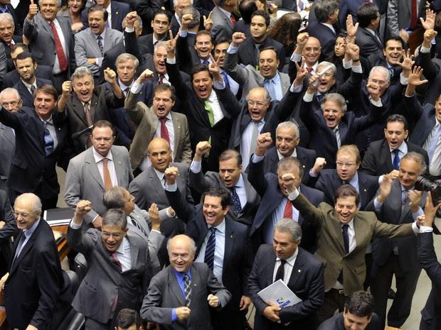 Deputados no plenário durante a sessão que aprovou a criação de comissão externa para aprovar irregularidades na Petrobras (Foto: Gustavo Lima / Agência Câmara)