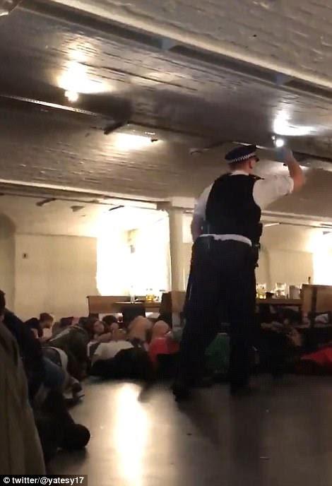 Chocado: um vídeo tirado no pub Market Porter retratou os foliões que se esconderam debaixo das mesas com medo sob instrução da polícia, quando os atacantes chegaram a pé do bar