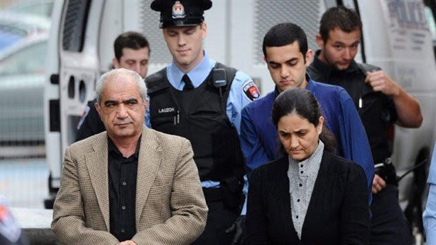 Mohammad Shafia, son épouse, Tooba Yahya, et leur fils Hamed, arrivant au tribunal pour leur procès, en décembre 2011.