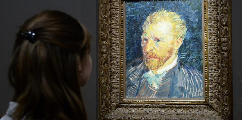 Un visiteur contemple un portrait de Van Gogh à l'exposition Van Gogh / Artaud (BERTRAND GUAY / AFP)