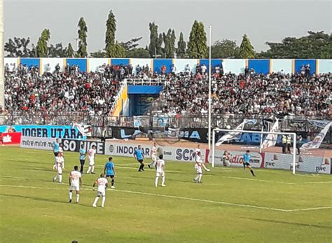 madura united lolos semi final usai permalukan persela