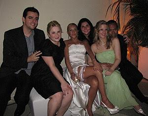 Casamento de Angy teve presença de amigos que conheceu na web  graças à série
