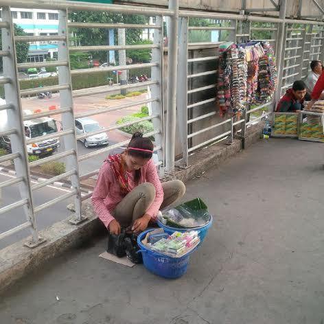 Turinih (18). Gadis asal Indramayu penjual gethuk. http://news.detik.com/read/2014/11/28/071200/2761614/10/ini-teh-ninih-gadis-cantik-penjual-gethuk-yang-ramai-diperbincangkan-orang