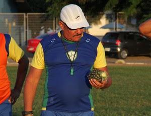 Pedrinho Albuquerque, técnico do Alecrim, e o abacaxi (Foto: Gabriel Peres/Divulgação)