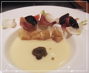 帝国ホテル「嘉門」にて、スープの前菜は黒トリュフの香り