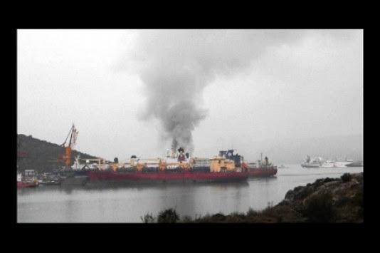 Φωτογραφίες και βίντεο από το φλεγόμενο κρουαζιερόπλοιο στη Χαλκίδα