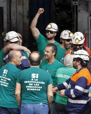 Cinco de los seis mineros del pozo San Nicolás (Mieres) que abandonaron esta tarde el encierro (con cascos y gafas oscuras). EFE