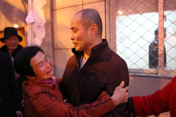 2016年2月4日傍晚,福建莆田,许玉森的母亲赶到涵江监狱门口接人,见到儿子后激动地抱着儿子不放。(大纪元资料室)