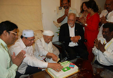 Nik Aziz cutting his birthday cake at Karpal's residence - Photograph: Harakah