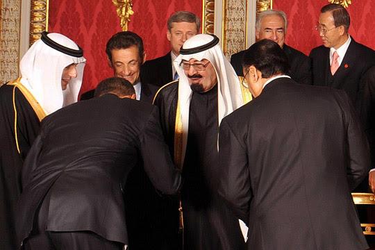 Obama bows to Saudi king.