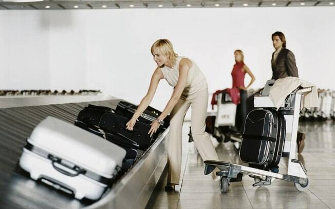 Ao sair do avião, procure pela esteira assinalada com o número do seu voo e fique atento a sua mala