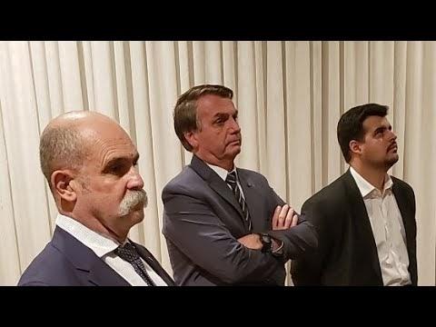 Bolsonaro novamente imita paciente com falta de ar em transmissão ao vivo