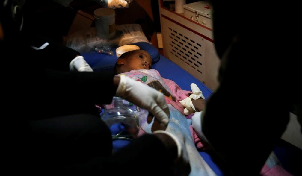 Criança é resgatada com vida de prédio de desabou no Quênia (Foto: REUTERS/Baz Ratner)