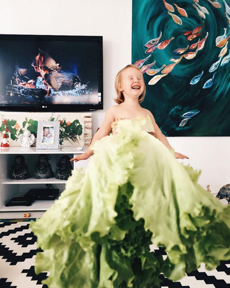 Mãe veste a filha com flores e comida usando a perspectiva forçada e conquista a internet 01