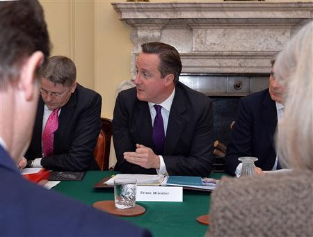 Britain's Prime Minister David Cameron speaks to members of the Cabinet before a Cabinet meeting in 10 Downing Street, central London October 15, 2013. REUTERS/John Stillwell/Pool