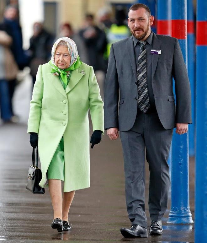 Những quy tắc hoàng gia nghiêm ngặt đằng sau trang phục chóe lọe của Nữ hoàng Anh - Ảnh 8.
