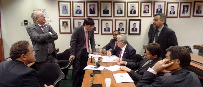 O novo coordenador conversa com ses colegas de bancada, observado pelos senador Roberto Rocha (PSB)