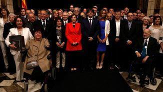 Els premiats de l'any passat amb Carles Puigdemont i Carme Forcadell (ACN)