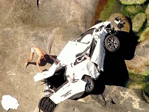 O carro caiu no meio das pedras. (Foto: Reprodução/ TV Globo)