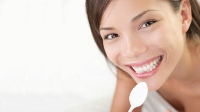 Mujer con yogurt
