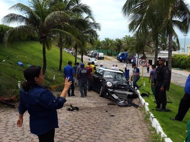 Mini Cooper capotou e caiu dentro de estacionamento de hotel de luxo em Natal (Foto: Divulgação/ PM)