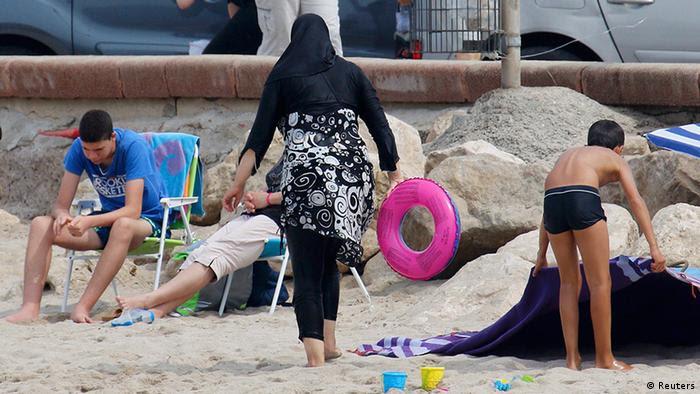 Muslimische Frau im Burkini am Strand von Marseille in Frankreich (foto: reuters)
