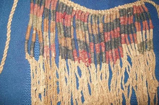 Detalle de los colores en un quipu.