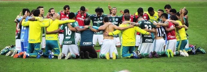 De joelhos, jogadores do Palmeiras comemoram vitória sobre o Botafogo (Foto: Marcos Ribolli)