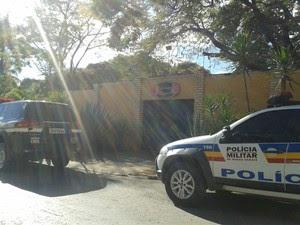 Vários policiais civis e militares estiveram no local do crime (Foto: Michelly Oda/G1)