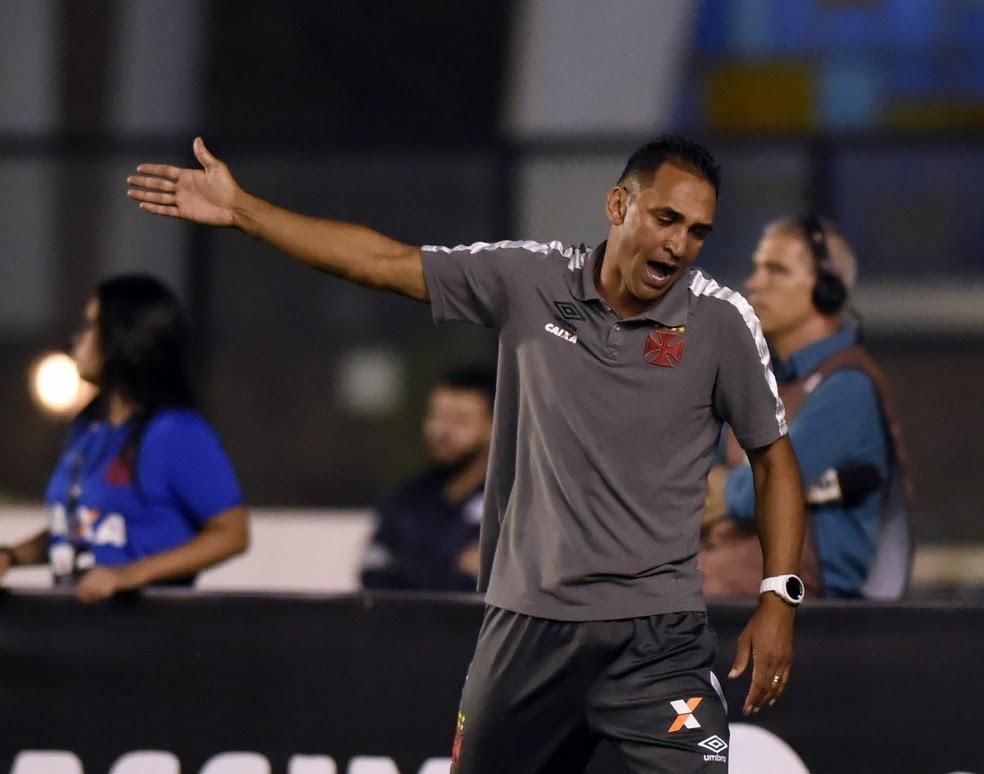 Ednelson Silva, auxiliar de Milton Mendes, durante a derrota por 5 a 2 para o Corinthians (Foto: André Durão)
