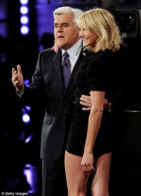 Homem de sorte: Host Jay Leno aninhou-se à atriz alta e loira como ela enfeitou o palco