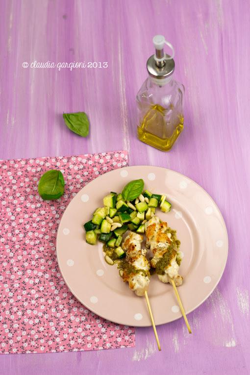 spiedini di pollo con pesto e zucchine