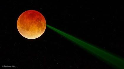 Lua de Sangue reflete feixe de luz verde