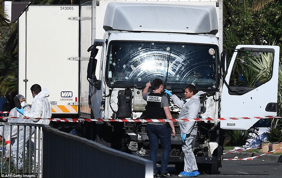 ataque terrorista: Pelo menos 84 pessoas morreram e dezenas ficaram feridas mais crítica na noite passada quando um assassino terrorista, chamado localmente como Mohamed Lahouaiej Bouhlel, dirigiu este caminhão, crivado de balas, por meio de multidões celebrando o Dia da Bastilha em Nice