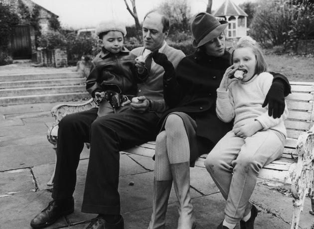 El escritor Roald Dahl y su mujer Patricia Neal con sus hijos Theo y Olivia