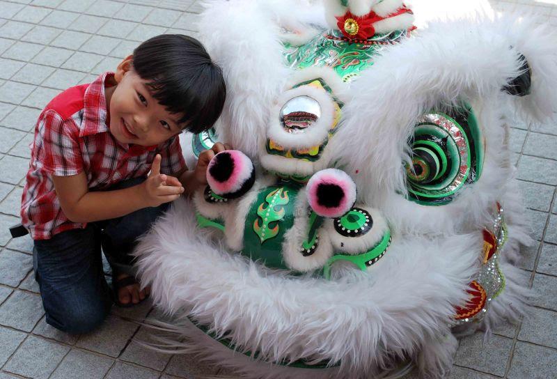 Празднование Нового года в Таиланде. Костюмированный лев. Фото