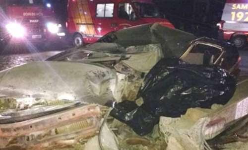Três jovens morrem após carro bater contra poste