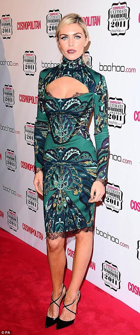Svelte: Abbey Crouch mostra sua figura em curva abraçando-vestir como ela chega ao final Cosmopolitan Prêmios Mulheres