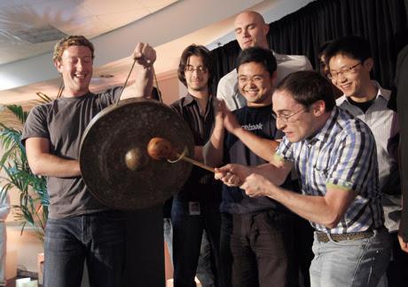 El consejero delegado de Facebook, Mark Zuckerberg (izq.), junto a otros compañeros en la empresa durante la presentación de la función Places. | AP