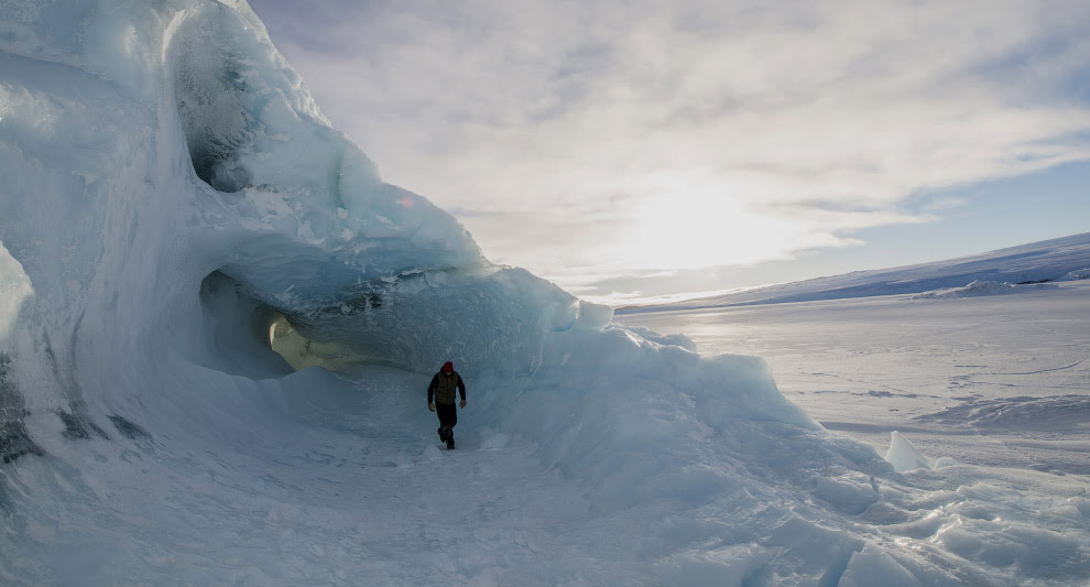Айсберг в районе крупнейшего поселения и исследовательского центра в Антарктике