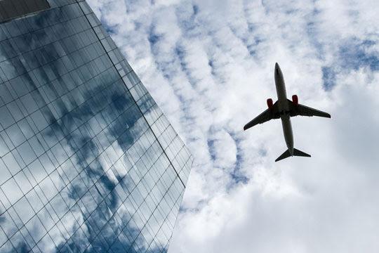 Aeronave sobrevoa edifícios na Avenida Faria Lima, em SP, com destino ao Aeroporto de Congonhas | Foto: Isac Nóbrega/PR