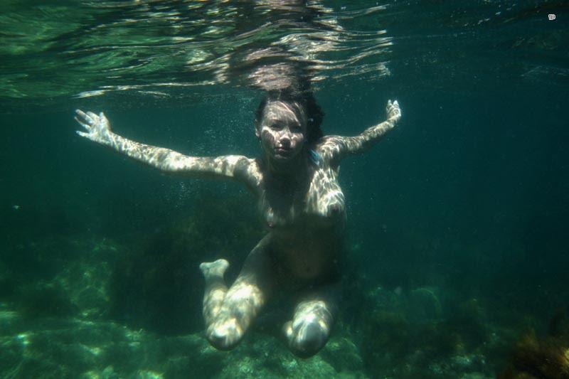 Эротичная девушка плавает под водой