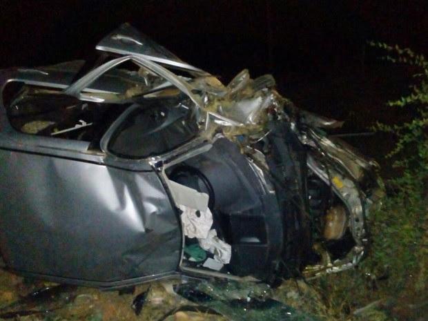 Carro ficou destruído após colisão no norte da Bahia (Foto: Blog Augusto Urgente)