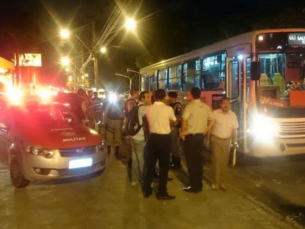 Mulher é baleada em assalto a ônibus na noite desta terça-feira (03). (Foto: Waldson Costa/G1)