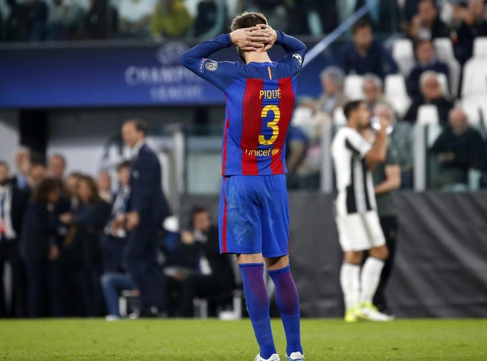 Piqué parece não acreditar, mas Barcelona vai precisar de um novo milagre (Foto: AP )